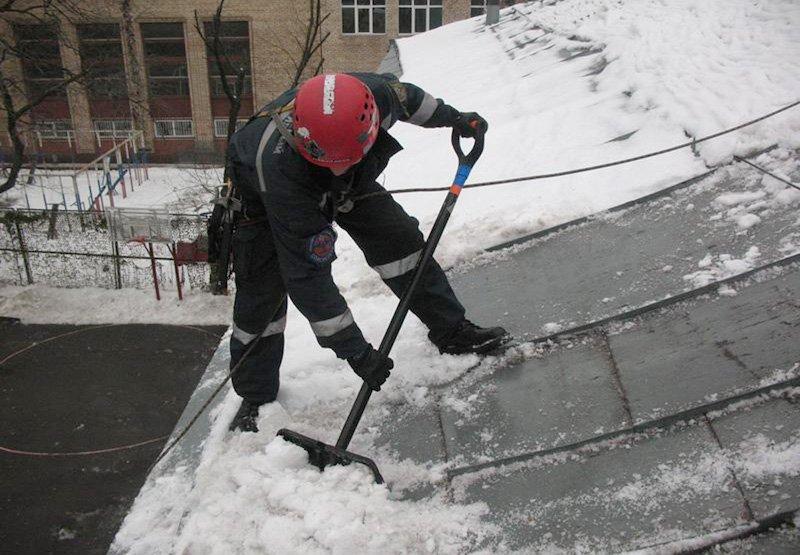 очистка снега промышленными альпинистами